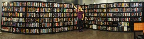 biggest-pc-games-collection-big-box-anne-bras gigantesque étagères avec plein de boîte de jeux MS-DOS