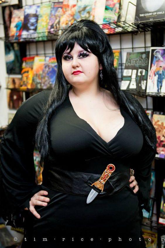C'est une sorcière, donc une magicienne, donc ça colle avec le sujet de l'article.
