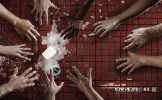 Photo publicitaire pour le rugby. ramassage de savonnette dans la douche